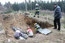 Metr a půl pod zemí. Právě v takové hloubce bylo kýmsi poškozeno dálkové naftové potrubí společnosti Čepro nedaleko Knyku.