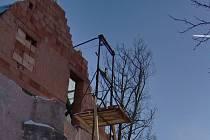 Místo neštěstí. Stavební dělník propadl mezerou mezi půdou a plošinou plnou cihel z výšky více než šest metrů. Podle zdravotníků měl velké štěstí.