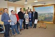 Autor obrazu Milan Lepeška (první zprava) se při předání obrazu nechal vyfotografovat s členy rady města.