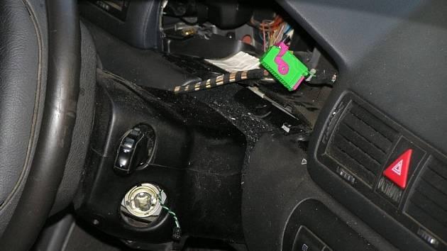 Zloděj se pokusil ukrást celý vůz, jenže neuspěl.