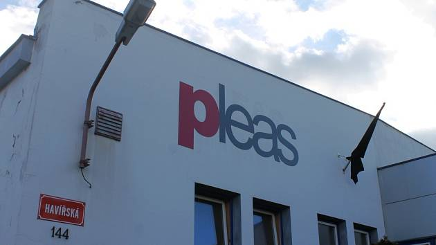 Černý prapor na budově firmy Pleas.