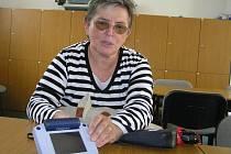 Jenom se speciální lupou si  Hana Fikarová může přečíst hlasovací lístky jednotlivých volebních stran. Jenže takové zařízení lze používat jen omezenou dobu. Volební kampaně stojí miliony korun,  tak proč  do nich nezahrnout i handicapované.