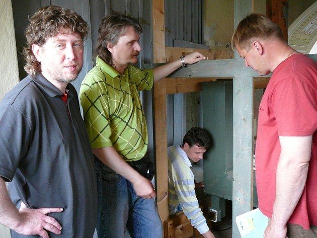 Zatím zeje varhanní skříň téměř prázdnotou, ale díky varhanáři Ivo Roháčovi (druhý zleva) se to změní. Na snímku je dále starosta Libice Václav Venhauer (vpravo) a varhaník Ladislav Bambuch (vlevo).