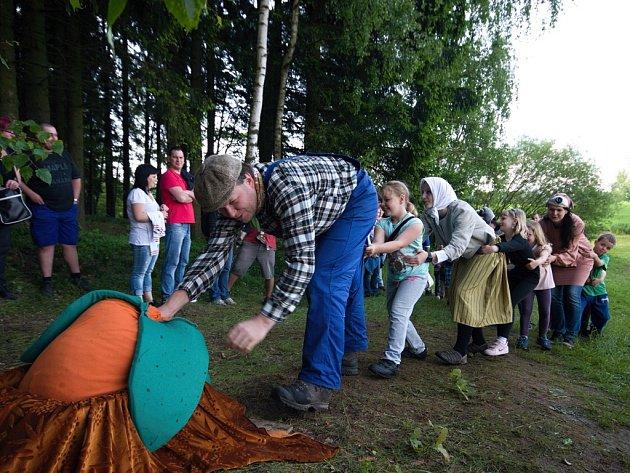 Návštěvníci služáteckého pohádkového lesa potkají postavy z tradičních českých pohádek.