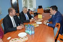 Tomáš Zdechovský (vpravo) ve Světlé jednal také o novém mostě.