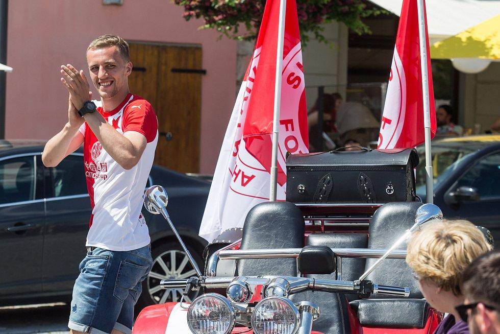 Fotbalista Tomáš Souček se setkal se svými fanoušky na havlíčkobrodském náměstí.