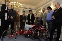 Michala Šišku okouzlil triatlon. Právě kvůli tomu dostal speciálně upravený vozík, který používají vozíčkáři – triatlonisté na běžeckém úseku.