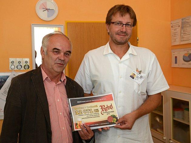 Primář dětského oddělení brodské nemocnice Michal Pipek převzal šek  od zástupce Měšťanského pivovaru Rebel Josefa Racka.