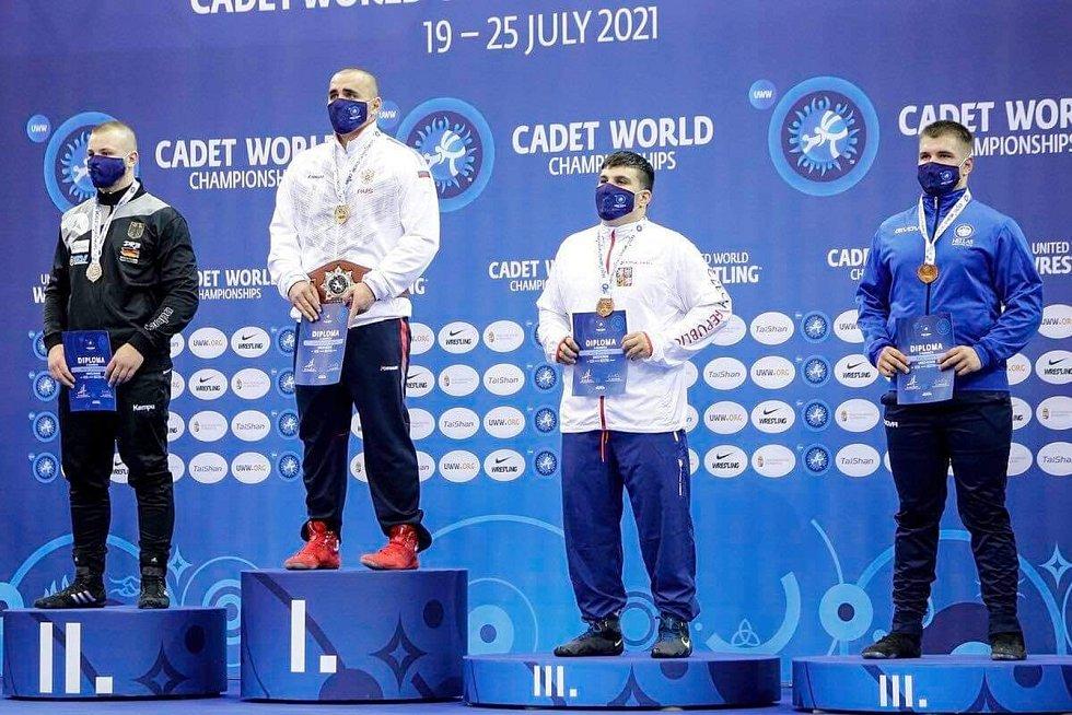 Na stupních vítězů zleva Němec Nikita Ovsjanikov, Rus Daniil Chasovnikov (, Čech Artur Sarkisjan a Řek Rafail Gkirnis.