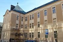 Celkový pohled na budovu gymnázia v Havlíčkově Brodě při demontáži lešení.