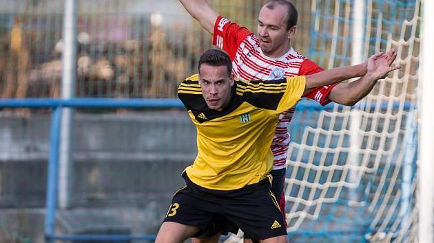 Útočník Ždírce Matěj Vopršal (ve žlutém dresu) potvrdil svůj střelecký čich v souboji s Humpolcem, který také jedinou brankou celého utkání rozhodl.