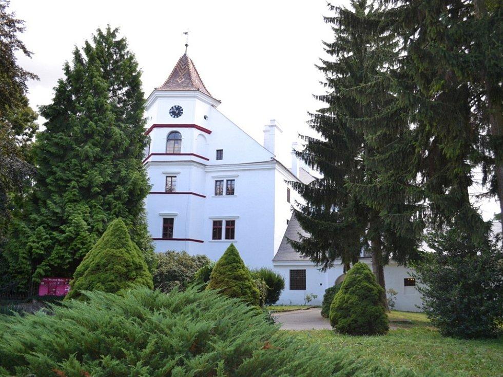 Zámek Radim. Adéla Semerádová už čtvrtým rokem pracuje přes léto jako průvodkyně na zámku Radim nedaleko Kolína. Obvykle na ni připadne čtyři až pět prohlídek na den. Vedle českých návštěvníků, kterých je většina, často provádí také cizince.