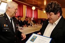 Starosta sboru Václav Klofáč (vpravo) vyznamenání převzal od Františka Grubauera.