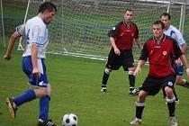 Ostudu si uřízlo brodské béčko (v červeném) na hřišti Chotěboře, kde inkasovali sedm  gólů.
