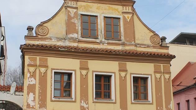 Nákladnou opravou má projít například historický Kohoutův dům v rohu náměstí.