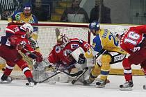 Havlíčkobrodští hokejisté (v červeném) ani v jednom ze dvou úvodních semifinálových zápasů proti Ústí nad Labem na ledě severočeského protivníka neuspěli.