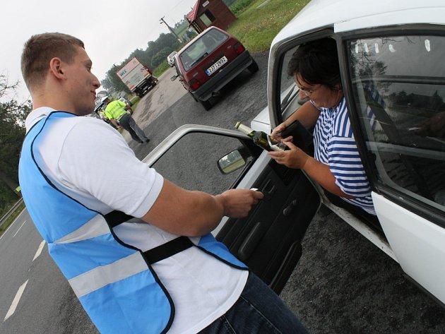 """Jedna z řidiček, kterou ve čtvrtek policisté v Rozňáku zastavili, si ironicky postežovala. """"Tento  týden mě kontrolujete už potřetí,"""" mračila se. Alkoholtester a nealko pivo však od dobrovolníka přijala s povděkem."""