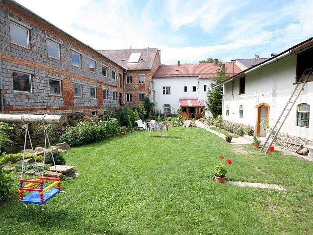 V roce 1988 Jednota Havlíčkův Brod zastínila hospodářský dvůr rodiny Kasalovy přes její odpor vysokým hotelem. Ten však nebyl nikdy dostavěn. Dnes má být hotel přestavěn na 15 bytů, lidé v bezprostředním sousedství přijdou o venkovský ráz svého domu.