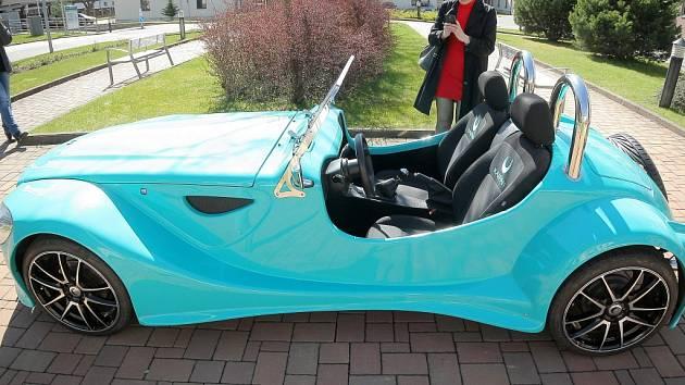 Model auta, které si budou moci studenti postavit.