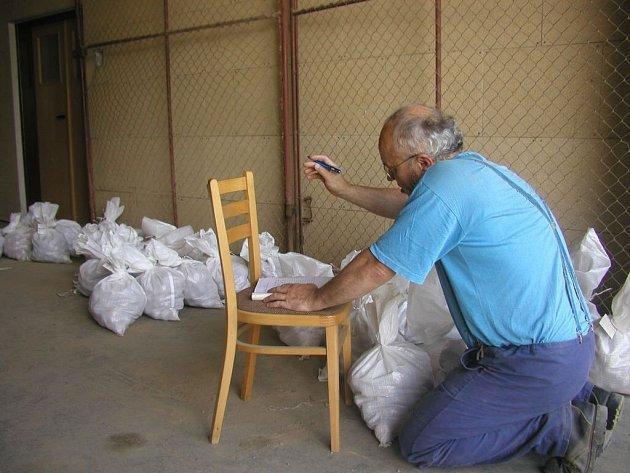 Označit, zabezpečit.  Různé odrůdy brambor se nesmějí pomíchat. Na to musí pracovník šlechtitelského ústavu Karel Klusáček dávat dobrý pozor, jinak by mohl na bramborovém poli napáchat nedozírné škody.