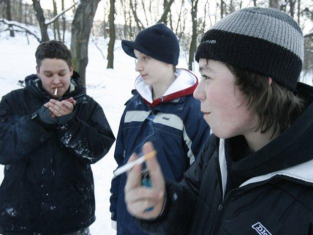 Dnešní mládež si s chutí zapálí cigaretu ať je léto nebo zima.