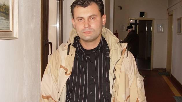 Po nehodě invalidní důchodce. Martin Dušek z Pelhřimova (na snímku) je vášnivým členem veterán klubu. Před nehodou nebyl problém, aby u auta vyměnil motor. Dnes má problém zvládat běžné životní činnosti.