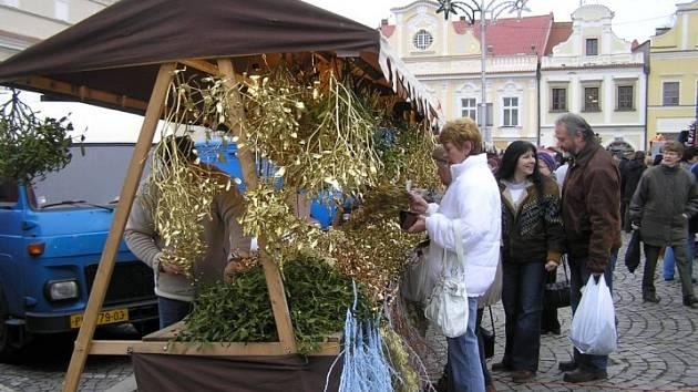 Snad největší zájem měli návštěvníci havlíčkobrodského náměstí o stánek se symbolem Vánoc, zeleným a zlatým jmelím.
