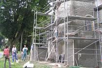 Úsobský kostel v době rekonstrukce.