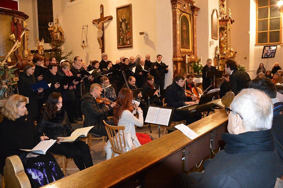 Doprovodný orchestr a sbor Gaudeamus doprovodily sólové zpěváky.