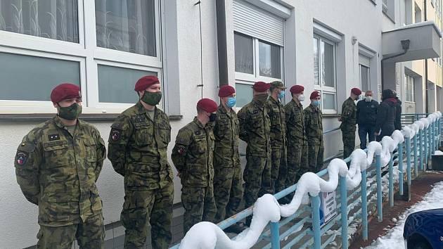 Vojáci z Chrudimi při nstupu do brodské nemocnice.
