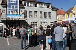Mlékárenské dny v Přibyslavi. O výstavu mléčných výrobků v radničním sklepení,  spojených s ochutnávkou, bývá každoročně velký zájem. Kvůli omezené kapacitě se tak přes celé náměstí vine dlouhá fronta.
