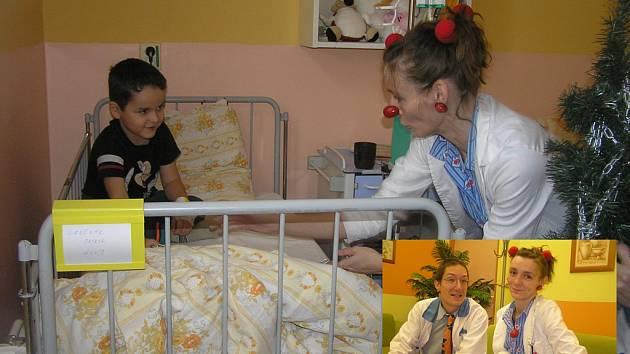 Paní doktorka Hrabalová (Hana Černá) a její kolega doktor Bláha (Vojtěch Maděryč) mají na nemoci zvláštní léčebnou metodu, jmenuje se úsměv.