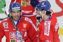 Rodák z Havlíčkova Brodu Radek Martínek (vpravo s Jaromírem Jágrem) se hned v prvním zápase na mistrovství světa na Slovensku po střetu s Lotyšem Kuldou nepříjemně zranil. Podle lékařů Columbusu, za nějž bude od nové sezony NHL hrát, je však už v pořádku.