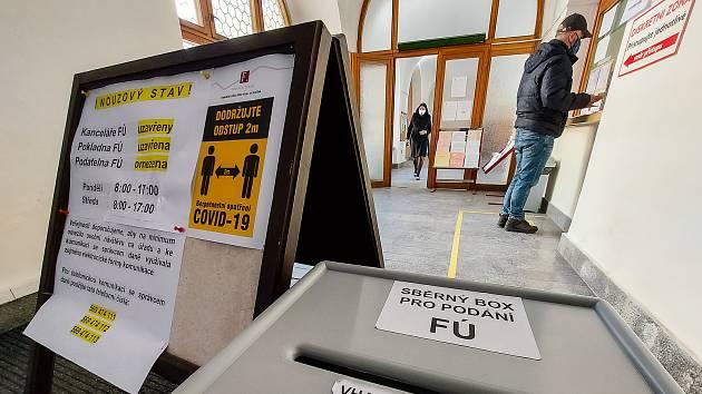 I přes jasné vládní nařízení ohledně ukončení omezení úředních hodin pro veřejnost na úřadech jedou na některých místech Vysočiny stále podle starého scénáře. Finanční úřad v Havlíčkově Brodě.