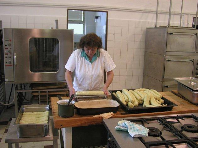 Desítky knedlíků. Pro šest set strávníků vaří kuchařky ve Školní jídelně Prokopa Holého. Musí nakrmit všechny házenkáře z Handball Helpu.