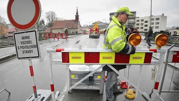 V Havlíčkově Brodě začala dlouho očekávaná oprava mostu u kostela svaté Kateřiny. Vyžádá si kompletní uzavírku části frekventované Dolní ulice, a to až do konce září letošního roku. Za opravu mostu zaplatí Kraj Vysočina 16 milionů korun.