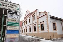Součástí městské památkové zóny v Přibyslavi je Kurfürstův dům na východní straně Bechyňova náměstí. Středověká stavba toto označení nese 110 let.