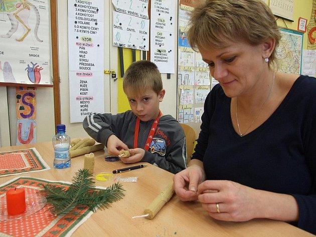 Předvánoční dílny na základní škole Wolkerova v Havlíčkově Brodě.