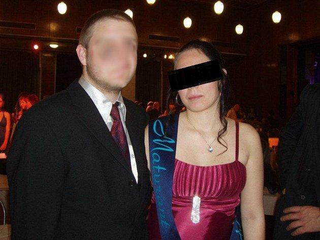 Stužkování v jiném stavu? To, že měla být Lucie K. těhotná už ve čtvrtém ročníku střední školy, podle kamarádů dokazuje i tato fotografie z loňského maturitního plesu.