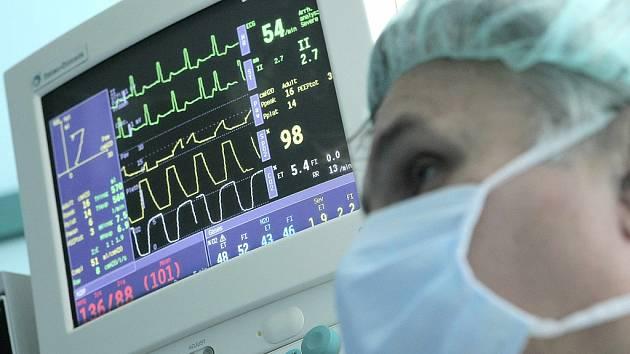 O deset procent vyšší platové tarify lékařů a zaměstnanců ve zdravotnictví začnou platit od ledna. Ilustrační foto.