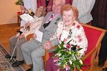 Padesát let spolu. Jarmila a Jaroslav Malých spolu prožili krásných padesát let. U jejich zlaté svatby byla Anna Malá, maminka Jaroslava, která právě v sobotu slavila sto let.