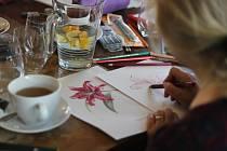 Kreslení u kavárenského stolu v Ledči nad Sázavou