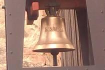 Obec Kouty měla mít svoji zvonici, když se ji nepodařilo vybudovat ani po letech, postavil si ji farář sám.