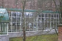 Krytý bazén je součástí velkého sportovního areálu.