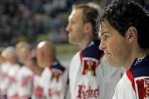 Dvěma písněmi pro zesnulé hokejisty Martina Čecha a Josefa Vašíčka zavzpomínali před utkáním všichni členové benefiční akce.
