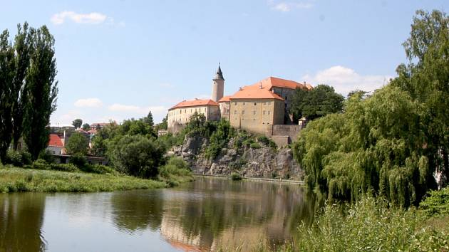 Hrad je jednoznačnou a zcela nepřehlédnutelnou dominantou města Ledče nad Sázavou.