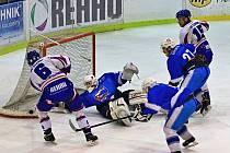 Hokejisté Světlé (v modrém) zvládli dvěma vítězstvími za sebou srovnat sérii s Moravskou Třebovou.