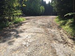Silnice mezi obcemi Benetice a Vilémovice na Ledečsku je v dezolátním stavu. Tříkilometrový úsek je kompletně posetý výmoly a hlubokými dírami. V zimním období se silnice neudržuje a je zcela nesjízdná.