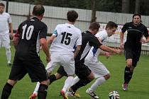 O překvapení se v krajském přeboru postarali fotbalisté Světlé (v černém), kteří dokázali přivézt tři body z Jemnicka.