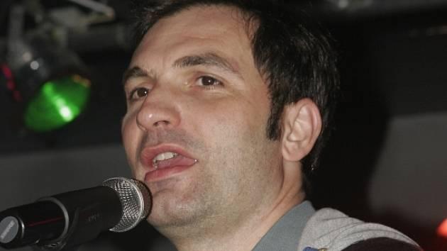 Jiří Macháček je nejenom skvělý herec, ale předvádí se i jako originální muzikant.